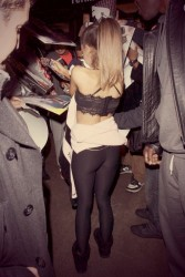 Ariana Grande: Signing @ Unknown Event: MQ x 2